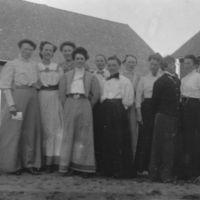 Ti kvinner fra Jæren Folkehøgskule    på tunet.