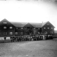 Jæren Folkehøgskule- Breidablikk. Elever og lærere foran bygningen.