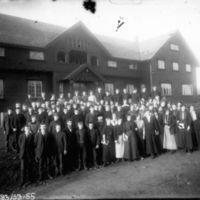 Jæren Folkehøgskule- Breidablikk, med elever og   lærere i framgrunnen. Søren Øvretveit foran i midten. K.K.Kleppe nr. 3 frå venstre