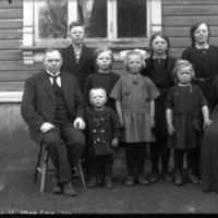 K.K. Kleppe og kona Inger fodt Molaug sammen med  sine barn, utenfor huset.