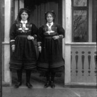 To elever fra Jæren Folkehøgskule i setes-  dalsbunad.