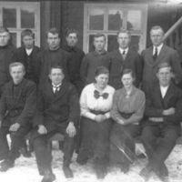 Karl Hatteland med en klasse på Jæren Folke-høgskule.