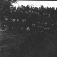 En gruppe fra Jæren Folkehøgskule i Gruda-  skogen. M. Birkeland er med (nr. 3 fra høyre, foran)