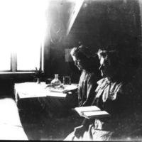 Jæren Folkehøgskule.To elever (jenter) på rommet sitt.