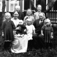K.K. Kleppe og kona Inger født Molaug sammen med  sine barn i hagen. I bakgrunnen: Kaare Kleppe    Magnhild og Liv. I forgrunnen Ingebjørg, Inger medDagfinn på fanget, Sigrun  og Randi. Persondata på fotokortet.