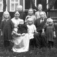 K.K. Kleppe og kona Inger født Molaug sammen med  sine barn i hagen. Se også fotokort tilvekst A53-39.