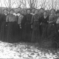 En gruppe kvinnelige elever fra Jæren Folke-høgskule. I hagen til K.K. Kleppe.