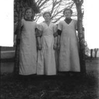 Tre elever fra Jæren Folkehøgskule, kjøkken-jenter med forklær.