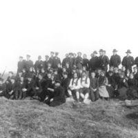 Elever fra Jæren Folekhøgskule på Tinghaug. Søren Øvretveit foran i midten.