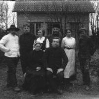 Åtte elever fra Jæren Folkehøgskule, iført  skuespillerkostymer.