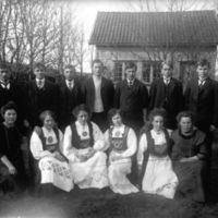 Elever frå Jæren Folkehøgskule i hagen til  K.K.Kleppe. Fire av jentene i bunad