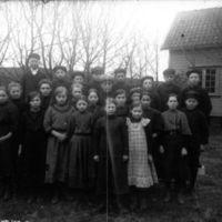 Folkeskoleelever i hagen til K.K. Kleppe.