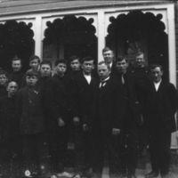 Garmanns klasse ved Jæren Folkehøgskule. K.K. Kleppe i forgrunnen. På altanen til K.K. Kleppe.