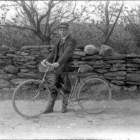 Gutt med sykkel i K.K. Kleppes hage.