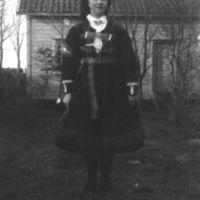 Kvinnelig elev fra Jæren Folkehøgskule i    setesdalsbunad.