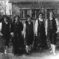Fem kvinnelige elever fra Jæren Folkehøg-   skule i nasjonalbunad, tre av dem i manns-  bunad.